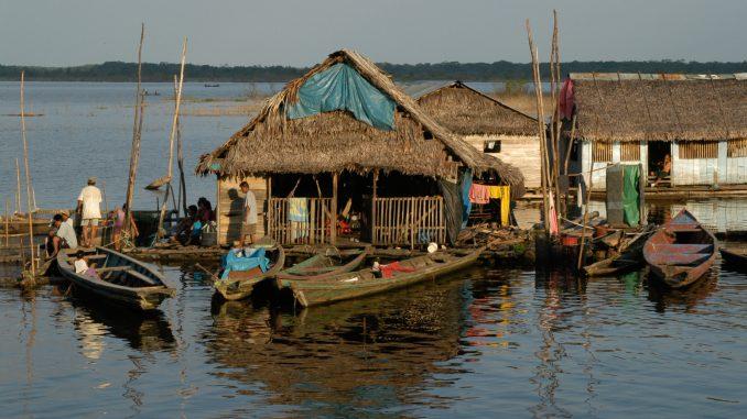Häuser auf Pfählen, Hochwasser des Amazonas