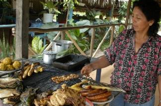 Geröstete Maden am Straßengrill in Iquitos Peru