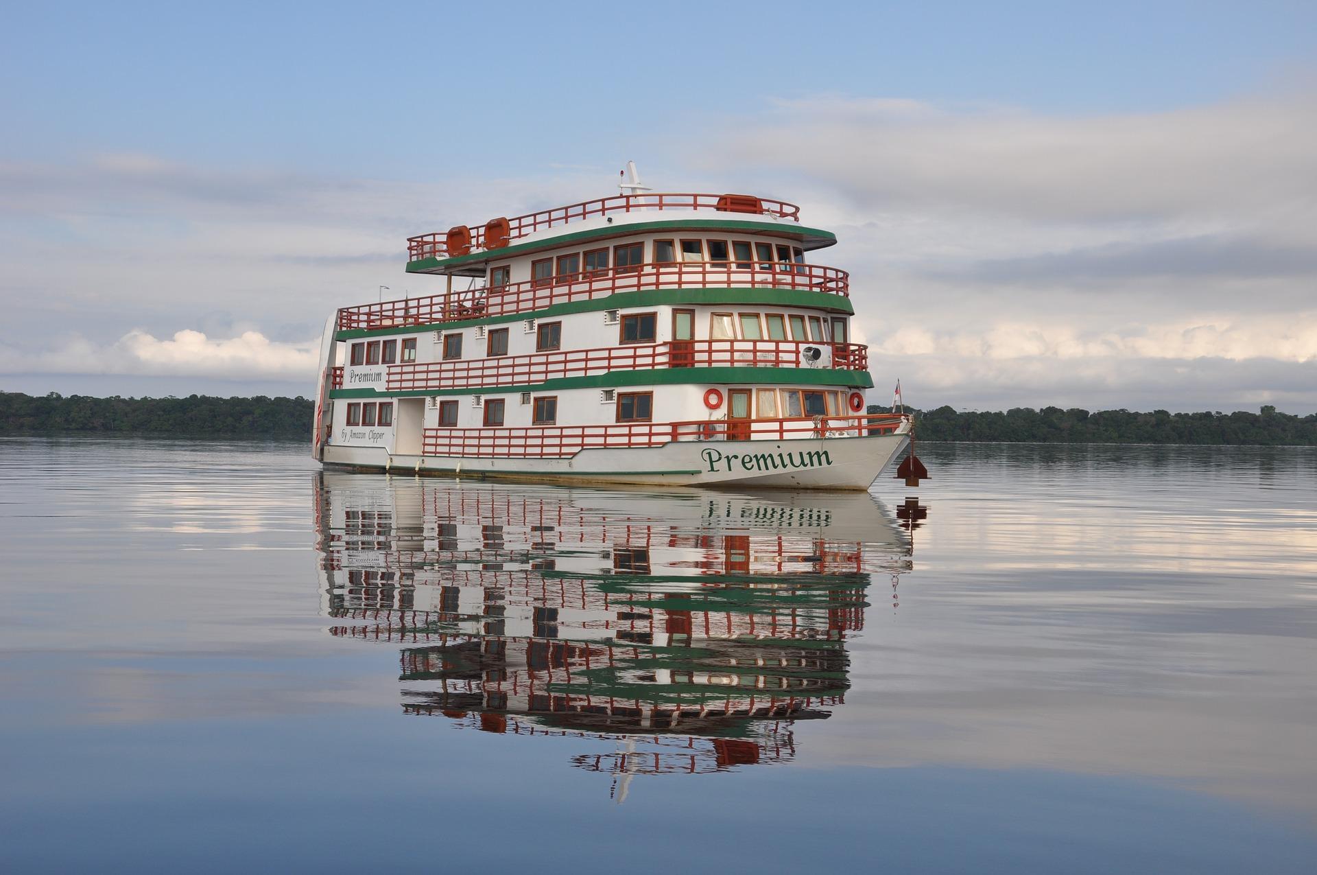 Amazonas Dampfer Fahrgastschiff Ozeanschiffe im Dschungel