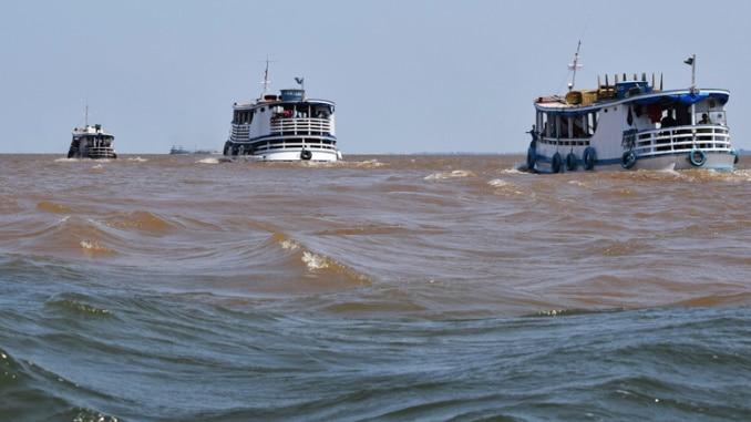 Amazonas Fluss mit Amazonas-Schiffen