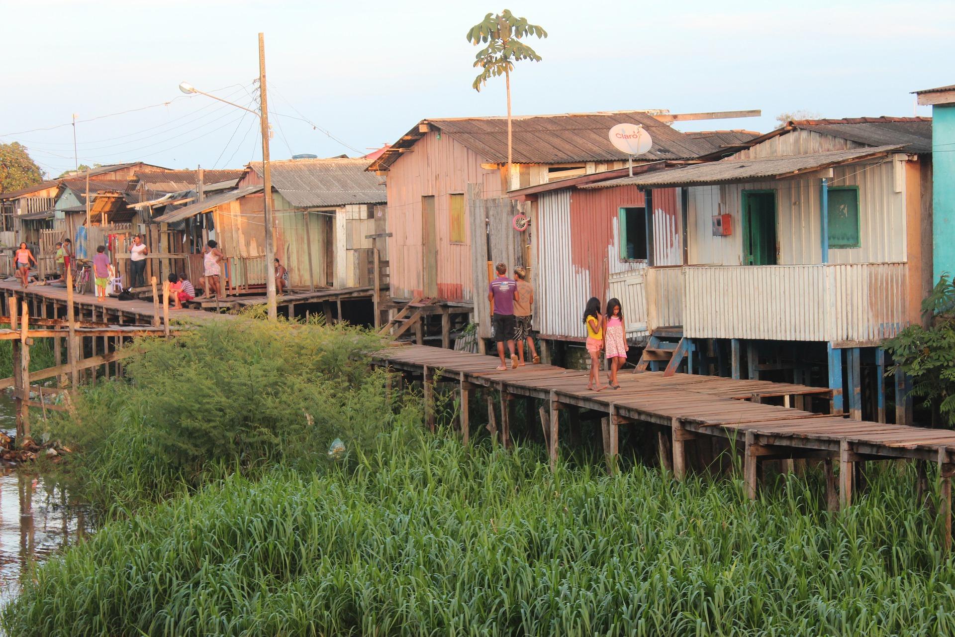 Dorf am Amazonas Krankenhausschiff fährt die Dörfer an