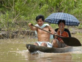 Einbaum-Boot im Amazonas
